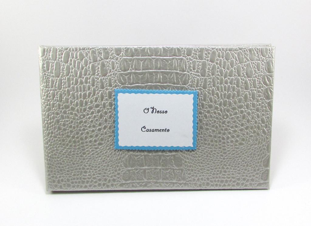 Livro horizontal, com cerca de 40 folhas, gramagem entre 75 e 80 g, com ou sem fita de marcação.
